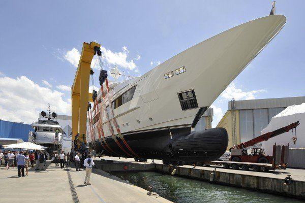 Un yacht a motore privato di lusso mentre naviga in mare