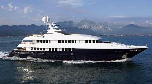 Yacht con tre coperte, piscina ed eliporto in navigazione