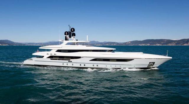 Yacht bianco in navigazione