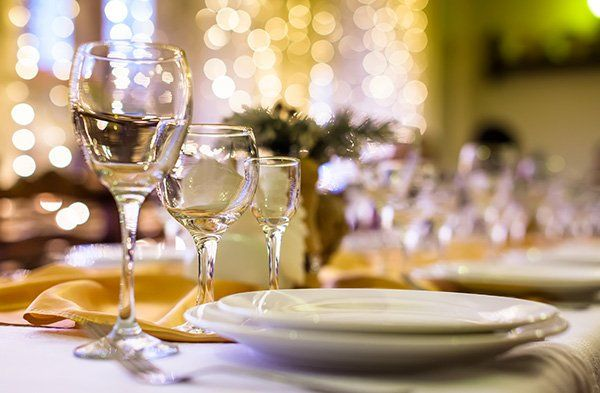 Dei bicchieri e piatti di color bianco