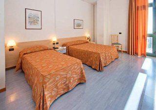 Una stanza con due letti