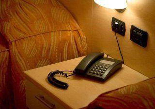 un comodino con un telefono fisso