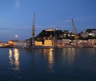 vista di un cantiere navale e una cittadina sul mare