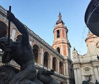 una statua e un palazzo antico