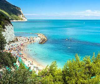 vista dall'alto del mare azzurro e una spiaggia