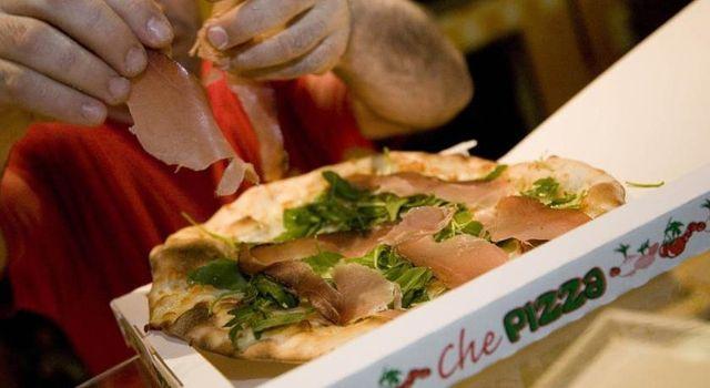 una pizza dei salumi e rucola