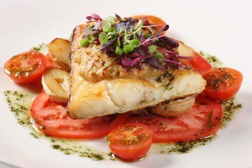 pesce con pomodori e verdure