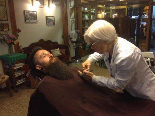 Sala di taglio capelli in antica barberia a Sanremo