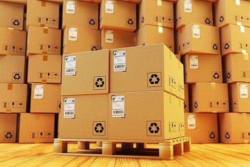pallet con scatole e scatole impilati nello sfondo