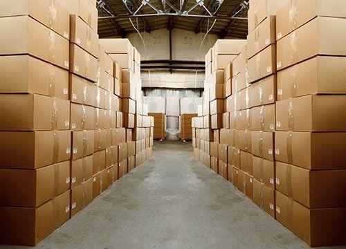 Degli scatoloni in un magazzino coperto