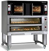 un forno in acciaio e dei mobili in una cucina professionale