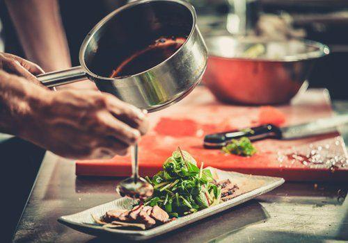 uno chef cucinando