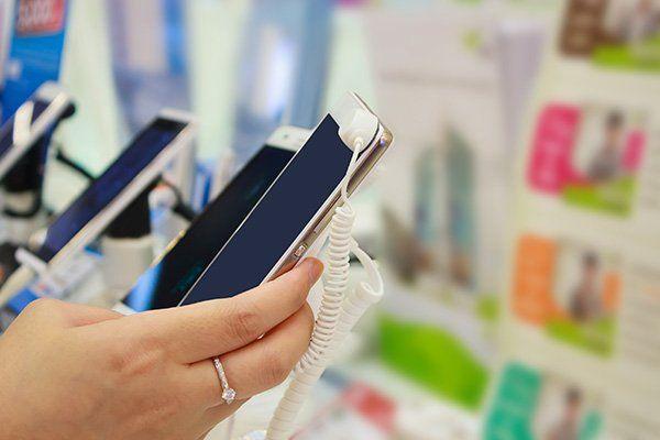 una mano con uno smartphone
