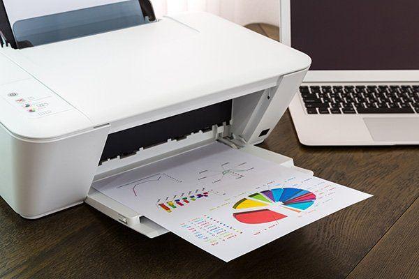 una stampante che ha stampato dei fogli