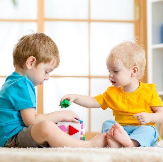 Due bambini giocano all'asilo