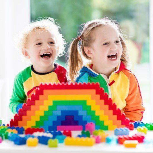 Due bambini ridono e giocano all'asilo