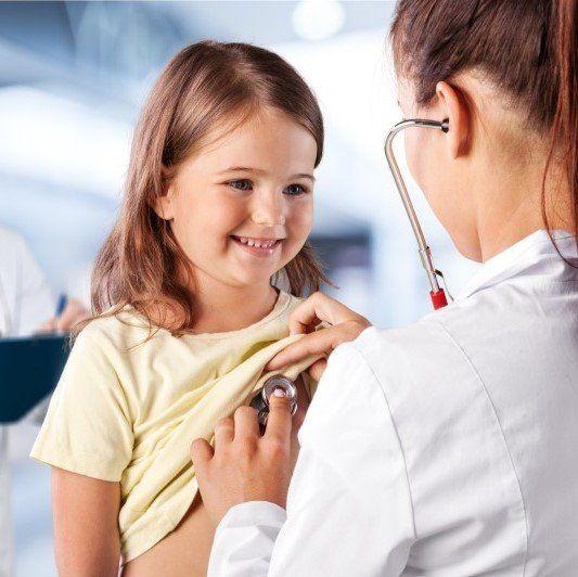 Pediatra visita bambina