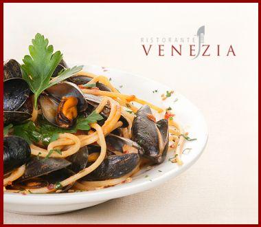 piatto di spaghetti con pesce, logo del ristorante venezia, frutti di mare