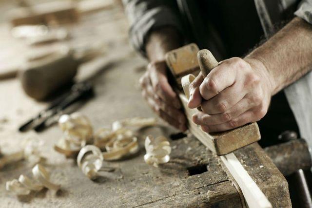 Un artigiano del legno a lavoro