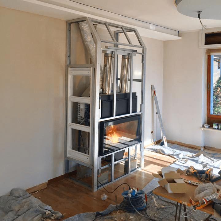 telaio in metallo per camino a muro in fase di costruzione