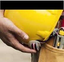 operaio durante lavoro tiene un elmetto giallo