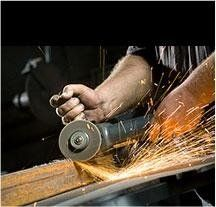 operaio mentre taglia in metallo vicino