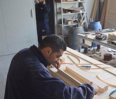 un falegname che lavora su delle assi di legno