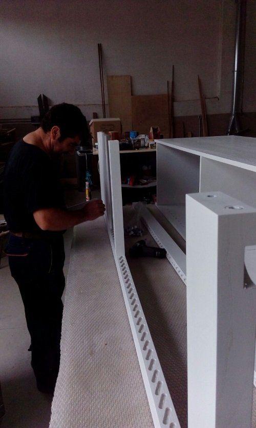 un falegname al lavoro su del legno bianco