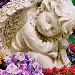 Statua di un angioletto con fiori