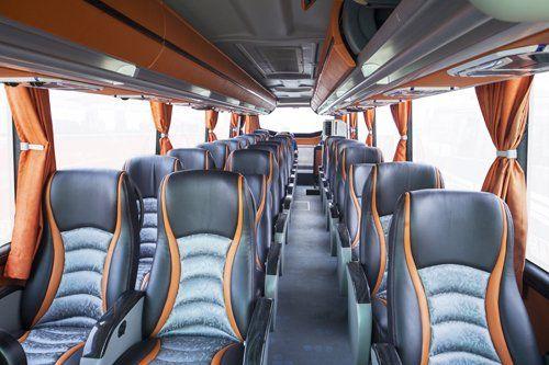 interno di un autobus con comodi sedili in pelle