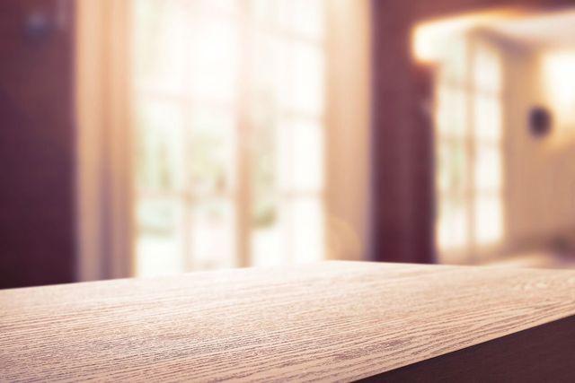 Primo piano dell'angolo di una tavola di legno