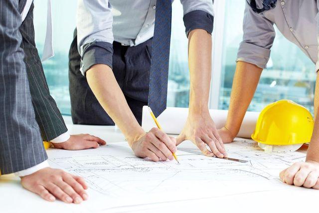 Tre architetti lavorando su un piano