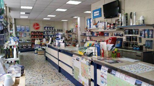 Vista interna di un negozio per ricambi di piccoli elettrodomestici