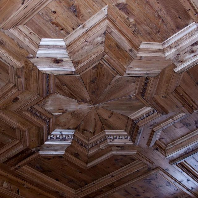 una lavorazione in legno a forma di stella