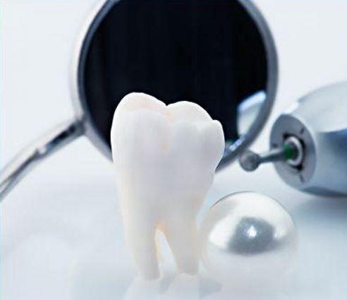 un dente e uno specchietto da dentista