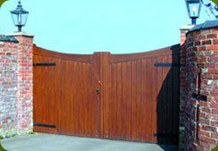 Gates and fences - Saddleworth, Diggle, Delph - Avonleigh Homes & Gardens - fanecing and gate incorporated into the wall