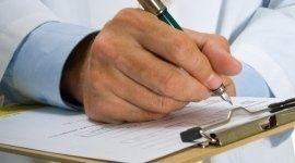 Medico compila uno schedario