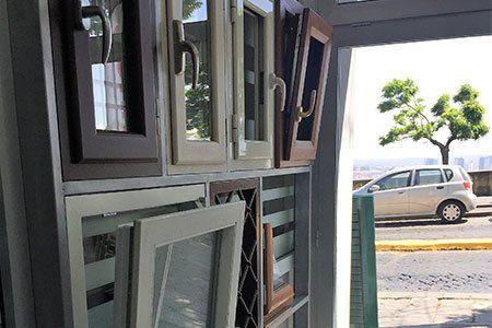 diversi modelli delle finestre in un negozio