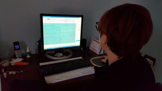 donna lavora al computer