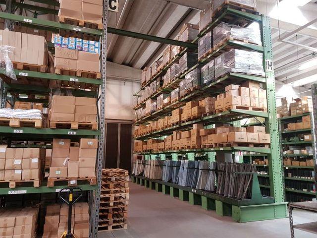 un magazzino con degli scaffali e delle scatole