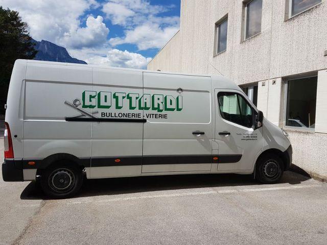 un furgone bianco con scritto Gottardi bullonerie viterie