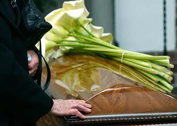 cerimonie funebre, fiori per bara, camere ardenti