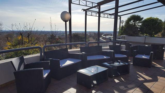 veduta terrazza all'aperto del ristorante monte Spia