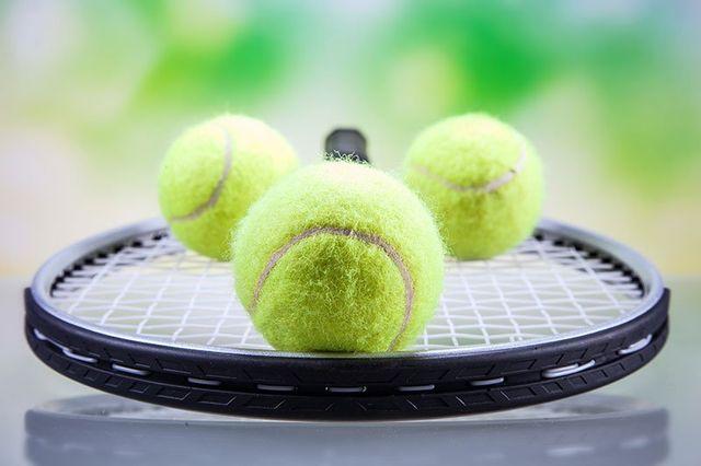 uomo si prepara a una battuta di tennis