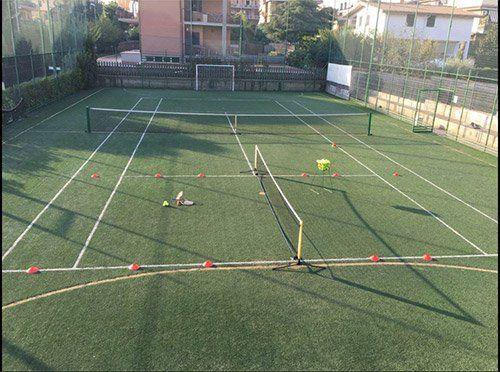 campo sportivo con cinesini per allenamento di calcio