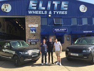 Jamie Mackie's Range Rover with new alloy wheels (pictured here with Simon Cox + car)