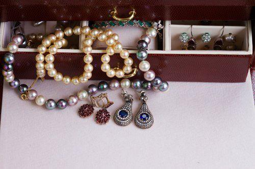 Collane di perle e orecchini