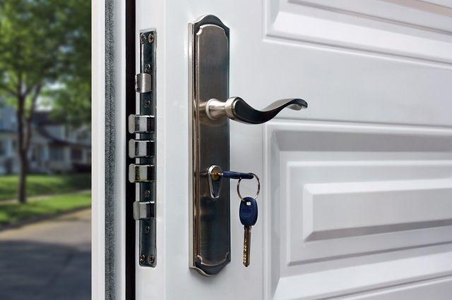 porta blindata bianca aperta con chiave