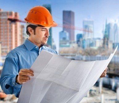 ingegnere mentre guarda un progetto di un cantiere