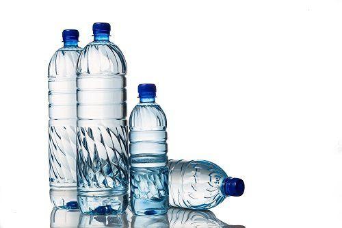 Tre bottiglie di acqua grande e una piccola